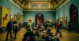 Gente Visitando Museo